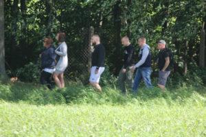 Mittig mit Bart: Franz Pauße vom KdN-Team bei der Anreise. Hinter ihm läuft Jim Koal, der ebenfalls zum KdN-Team gehört. – Quelle: Pixelarchiv