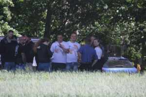 Zwei der Hauptverantwortlichen des «Tiwaz» in weißen T-Shirts: Tim Kühn und rechts neben ihm Eric Fröhlich – Quelle: Pixelarchiv