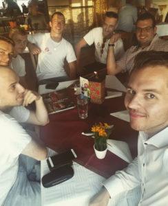 Дарио Сейферт (справа налево) вместе с Баткиным (сзади, в центре) и другими членами JA из Мекленбург-Передней Померании на мероприятии «Compact» в Берлине